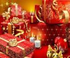 Weihnachtsgeschenke mit einer kerze beleuchtet am Heiligabend