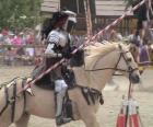 Ritter in Rrüstungen und mit seinen speer fertig montiert sein pferd ebenfalls mit rüstung