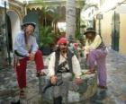 Drei Piraten, der Kapitän und seine Helfer