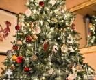 Weihnachtsbaum mit Dekoration