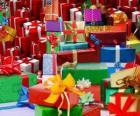 Haufen Weihnachtsgeschenke mit schönen schleifen