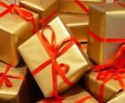 Pile of Weihnachtsgeschenke mit roten Bändern