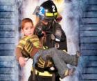Feuerwehrmann hält ein kind in den Armen
