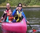 Familie, Vater, Mutter und Tochter, Segeln und Paddeln ein Kanu, ausgerüstet mit Schwimmwesten