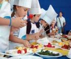 Gruppe von Kindern machen Köche