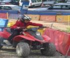 Girl beim Fahren eines Quad