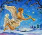 Engel spielen einer Trompete mit einem Hintergrund des Winters