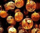 Set von Weihnachts-kugeln mit verschiedenen dekorationen