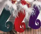 Weihnachtssocken hängen und voller Geschenke