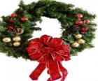 Weihnachten Kranz geschmückt mit einer großen Band und Kugeln