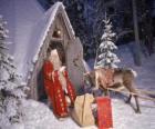 Santa an der Tür seines Hauses mit einem Rentier und Geschenke
