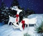 Zwei hölzerne Rentier mit einer roten Schleife auf einem Weihnachtsdekoration