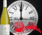 Clock um 12 Uhr in der Nacht, eine Flasche Wein und eine der Schlitten des Weihnachtsmannes