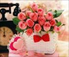 Korb mit rosa Rosen und Herzen