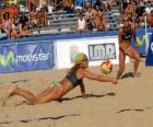 Beach-Volleyball - Spieler des Sparens eine Kugel in den Augen seiner Begleiter