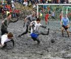 Mud Olympischen Spielen oder bei Wattolumpiad, kämpfen in den Sümpfen der Elbe