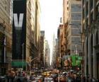 Eine Straße in der Stadt New York mit hohen Gebäuden und Wolkenkratzern
