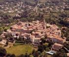 Dorf in der Landschaft, mit dem Turm und Kirchturm