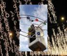 Betreiber Platzierung ornamentalen Weihnachtsbeleuchtung