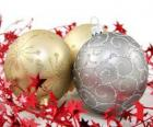 Weihnachtskugeln mit Sternen und einem Band verziert