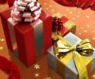 Weihnachtsgeschenke mit Bändern, Schleifen