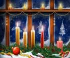 Weihnachten Kerzen vor einem Fenster