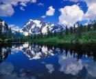Ein See spiegelt den Berg Büro in seinen Gewässern