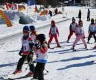 Typische winter szene mit kindern ski fahren die im berg