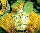 Der Caipirinha ist ein brasilianischer Cocktail aus Rum, Limette, Zucker und Eis.