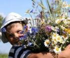 Ein Kind mit einem Geschenk für seine Mutter einen großen Strauß Blumen
