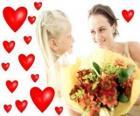 Mädchen mit einem Blumenstrauß für seine Mutter und roten Herzen