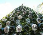 Weihnachtsbaum gemacht von 5.000 recycelten Flaschen
