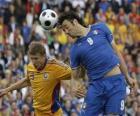 Fußballspieler springen auf den Kugelkopf oder den Ball mit dem Kopf getroffen