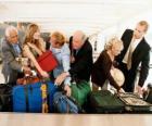 Einige Leute sammeln Ihr Gepäck