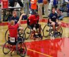 Rollstuhl-Basketball-Spieler wirft den Ball in den Korb