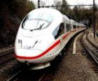 Eine Kugel Zug oder High-Speed-Personenzug