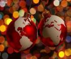 Weihnachtskugel mit der Weltkarte verziert