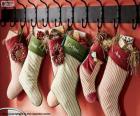 Strümpfe hingen mit Weihnachtsgeschenken