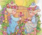 Zwei Mädchen sammeln die Blumen. Precious Moments