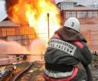 Feuerwehrmann mit einem Schlauch Wasser gießen