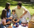 Familie in einem Picknick im Park