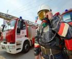 Voll ausgestattete Feuerwehrmann neben dem LKW