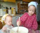 Vorbereitung der kinder einen kuchen als überraschung, geschenk für mama