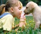 Mädchen und Hund teilen ein Eis