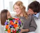 Mutter empfangen eine Blumenstrauß
