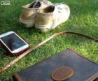 Mobile, Tasche und Turnschuhe