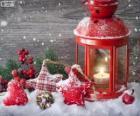 Weihnachten Lampe mit brennenden kerzen und stechpalme dekorationen