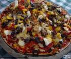 Pizza mit Oliven und Paprika