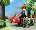 Postbote Pat mit seinem Motorrad