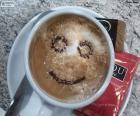 Lächelnd Milchkaffee